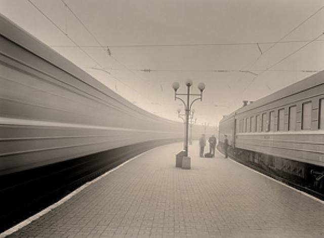 trenes-13581-fto-por-roman-loranc-susan-spiritus-gallery-newport-bech-usa-photopgraphe-artnet.jpg